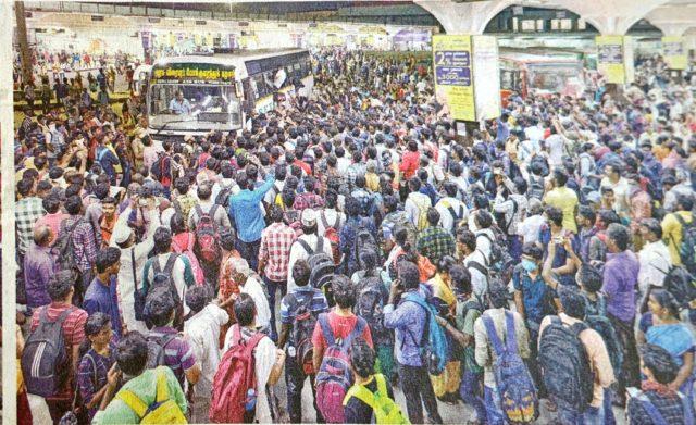 インドのバスを待つ群衆