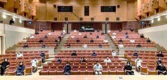 感染予防で満席の劇場