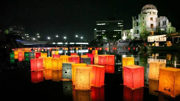 広島原爆ドームの灯篭流し